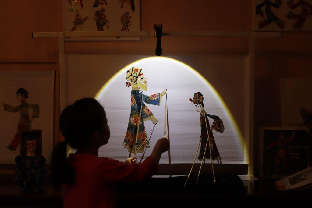 manipulation des marionnettes pendant l'exposition